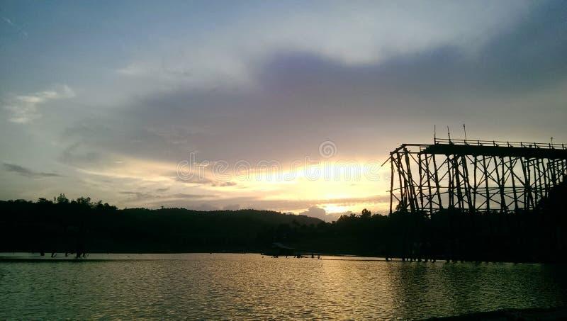 Ponte de madeira quebrada, Tailândia imagens de stock royalty free