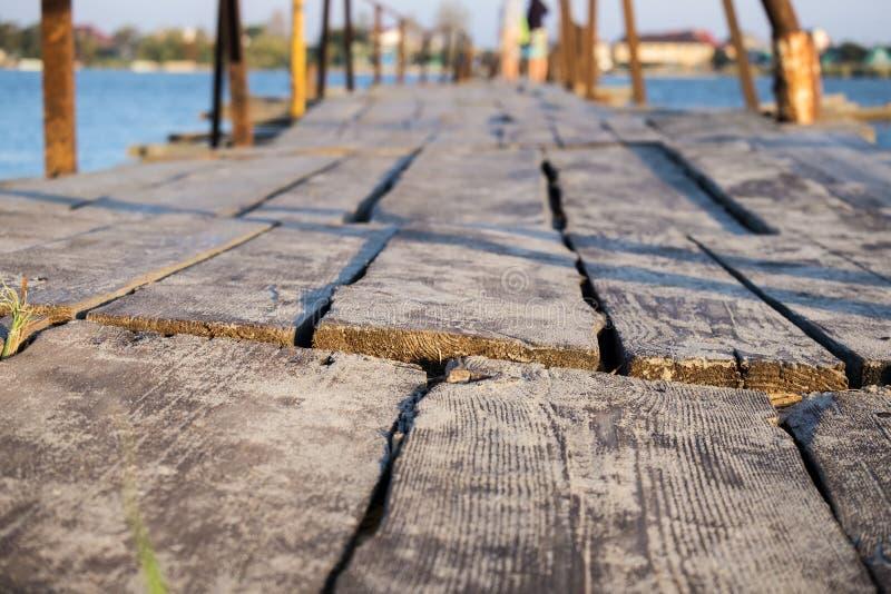 Ponte de madeira sobre o delta que conduz ao mar imagens de stock royalty free