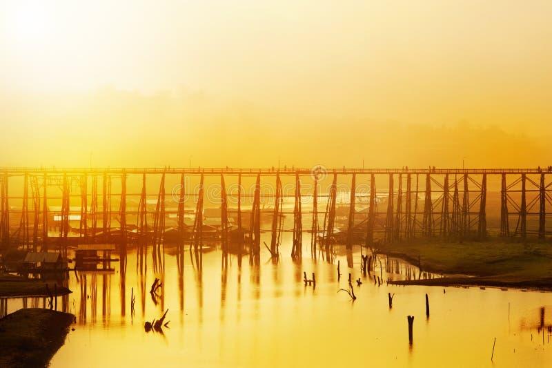 Ponte de madeira sobre o rio foto de stock