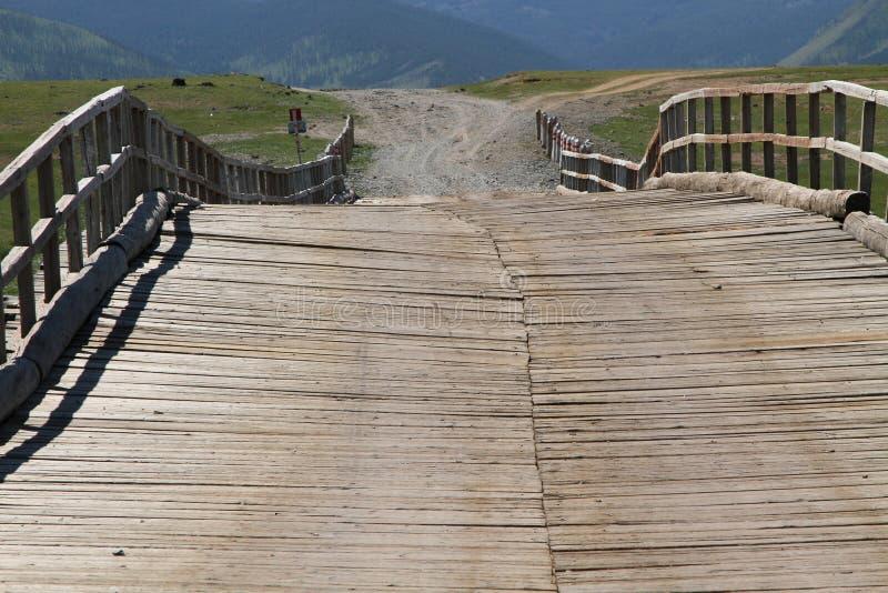 Ponte de madeira sobre o rio de Orkhon foto de stock