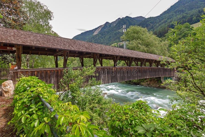 Ponte de madeira sobre o rio do transmissor fotos de stock royalty free