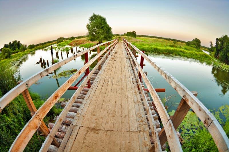 Ponte de madeira sobre o rio pequeno imagens de stock royalty free