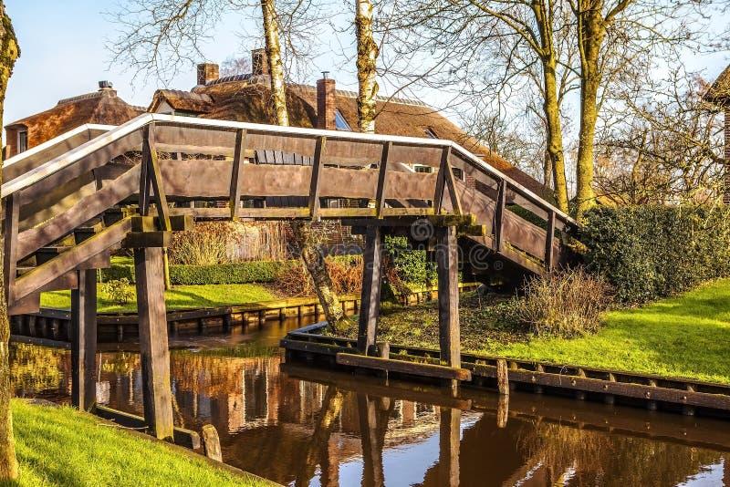 Ponte de madeira velha em Giethoorn, Países Baixos fotografia de stock