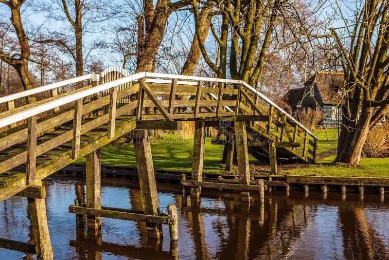 Ponte de madeira velha em Giethoorn, Países Baixos imagens de stock