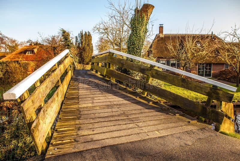 Ponte de madeira velha em Giethoorn, Países Baixos foto de stock