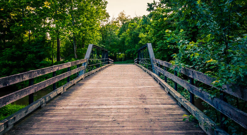 Ponte de madeira velha sobre uma angra no Condado de York do sul, PA imagem de stock