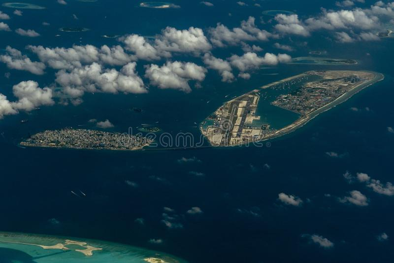 Ponte de maldives do homem e paisagem aérea do panorama do aeroporto fotos de stock