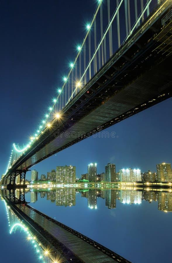Ponte de Manhattan na noite fotografia de stock