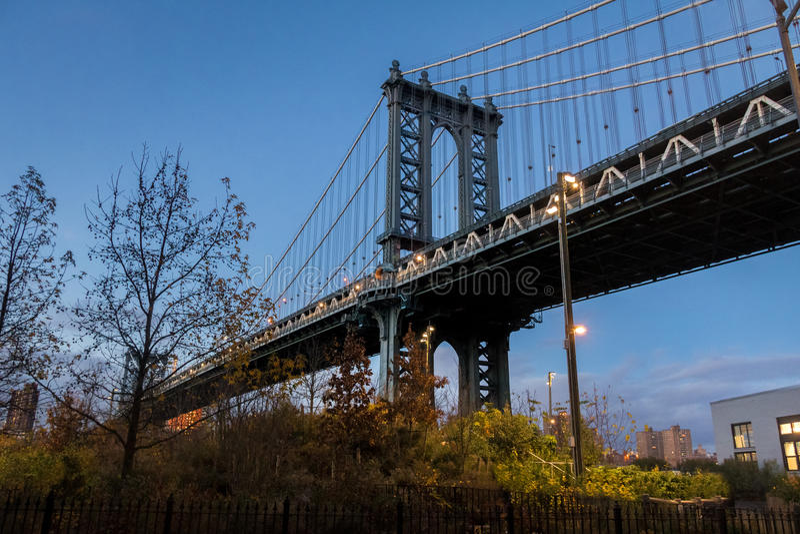 Ponte de Manhattan vista de Dumbo em Brooklyn no por do sol - New York, EUA imagem de stock