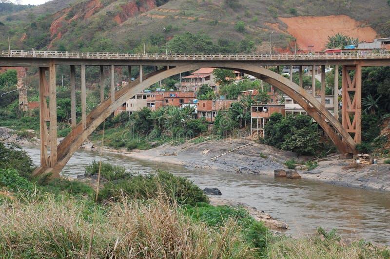 ponte de medida desobstruída do concreto do arco foto de stock