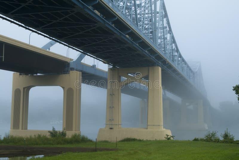 Ponte de modilhão na névoa sobre o rio Mississípi fotografia de stock royalty free