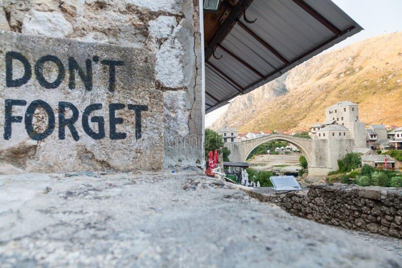 A ponte de Mostar e não esquece o sinal foto de stock royalty free
