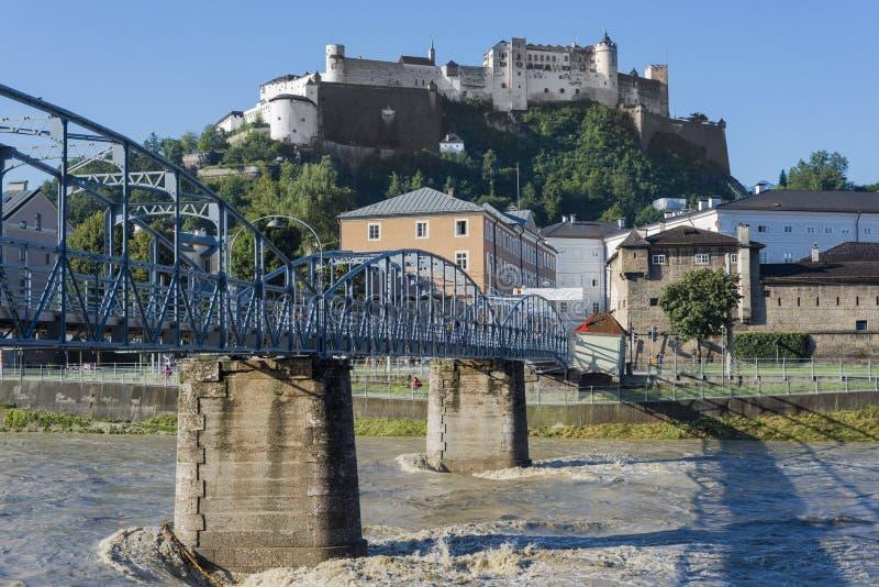 Ponte de Mozart (Mozartsteg) e rio de Salzach em Salzburg, Áustria imagens de stock