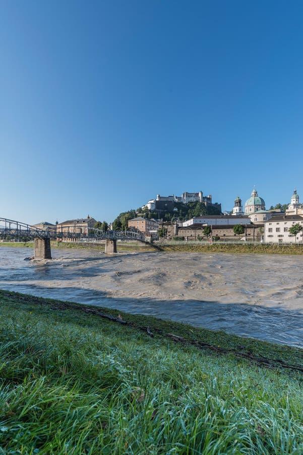 Ponte de Mozart & x28; Mozartsteg& x29; e rio de Salzach em Salzburg, Austri foto de stock