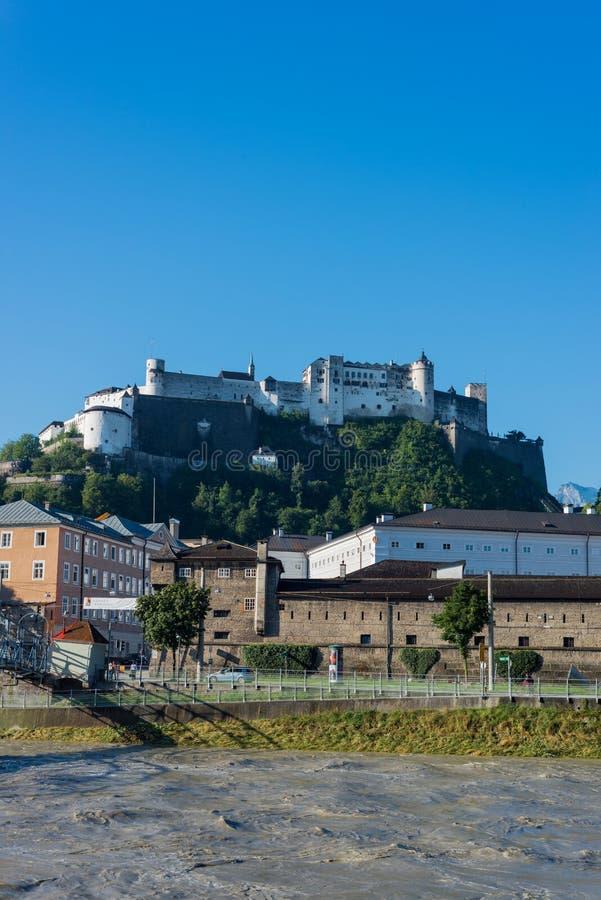 Ponte de Mozart (Mozartsteg) e rio de Salzach em Salzburg, Austri imagem de stock