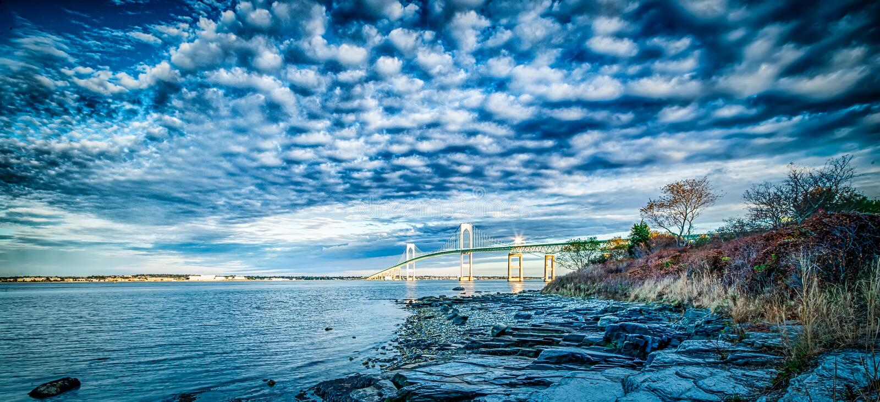 Ponte de Newport que conecta newport e jamestown no nascer do sol foto de stock