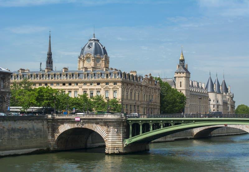 Ponte de Notre-Dame sobre Seine River, Paris, França fotos de stock royalty free