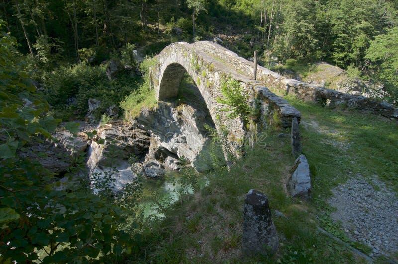 Ponte de pedra antiga do estilo romano no vale de Maggia, Suíça imagem de stock royalty free