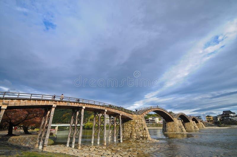 Ponte de pedra antiga original do arco em um rio calmo em Japão imagens de stock royalty free