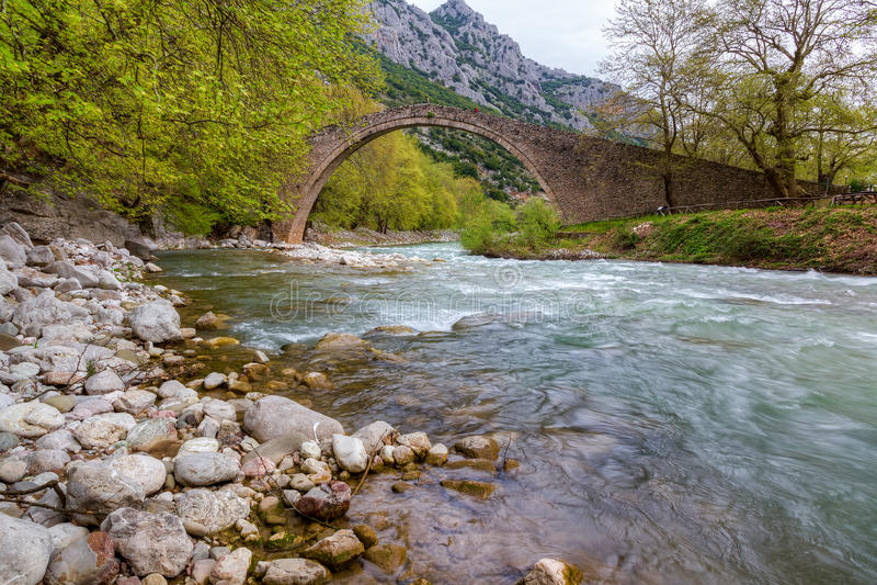 Ponte de pedra arqueada de Pyli, Thessaly, Greece foto de stock