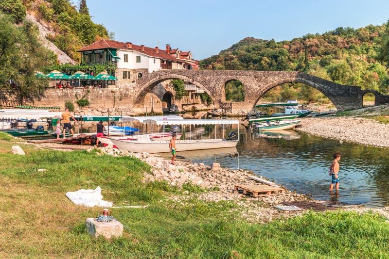 Ponte de pedra arqueada velha através do rio imagem de stock royalty free