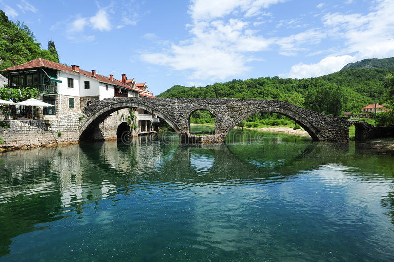 A ponte de pedra arqueada velha de Rijeka Crnojevica fotografia de stock
