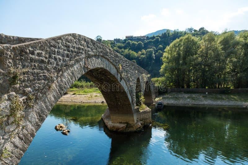 A ponte de pedra arqueada velha de Rijeka Crnojevica, Montenegro fotografia de stock