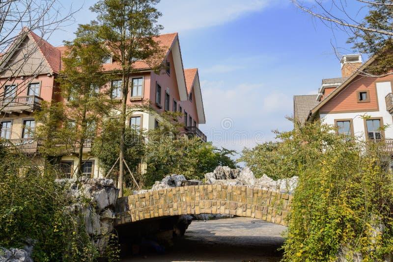 Ponte de pedra do arco antes das construções exóticas no meio-dia ensolarado do inverno foto de stock