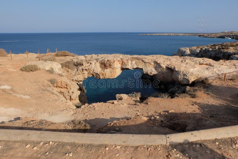 Ponte de pedra dos amantes sobre o mar Arco natural bonito da rocha sobre o mar Mediterrâneo, imagem de stock royalty free