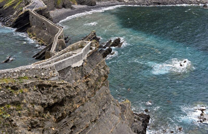 Ponte de pedra e fuga estreita do penhasco acima da baía da Biscaia fotos de stock royalty free