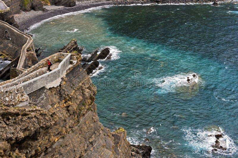 Ponte de pedra e fuga estreita do penhasco acima da baía da Biscaia foto de stock