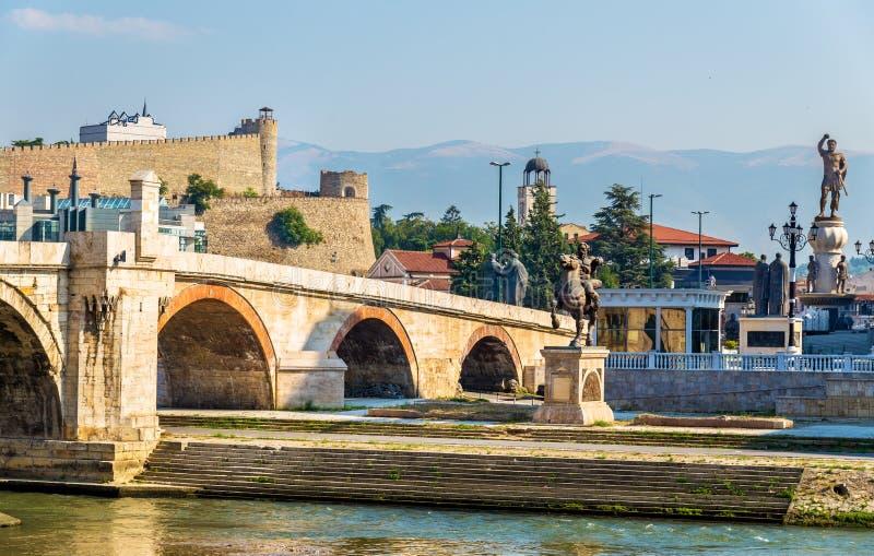 A ponte de pedra e os monumentos associados em Skopje imagens de stock royalty free