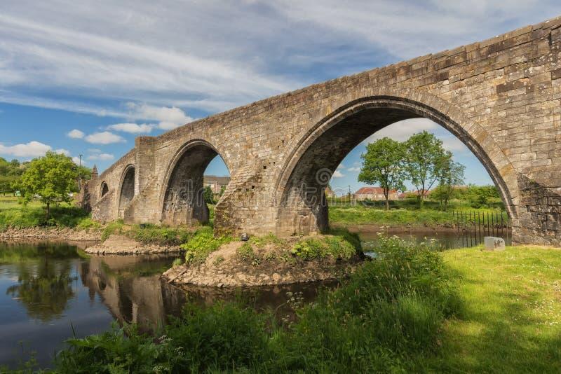 A ponte de pedra histórica em Stirling sobre o River Forth fotografia de stock