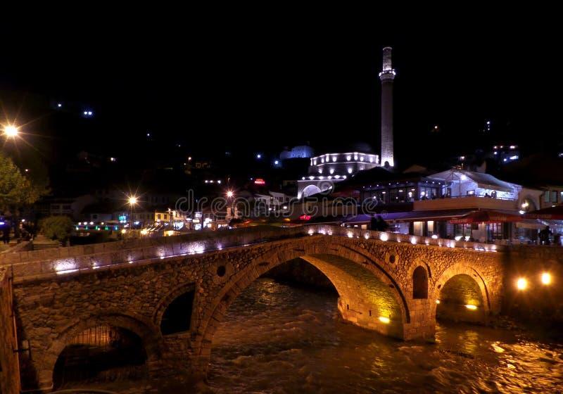 Ponte de pedra iluminada na cidade velha de Prizren, Kosovo fotos de stock royalty free