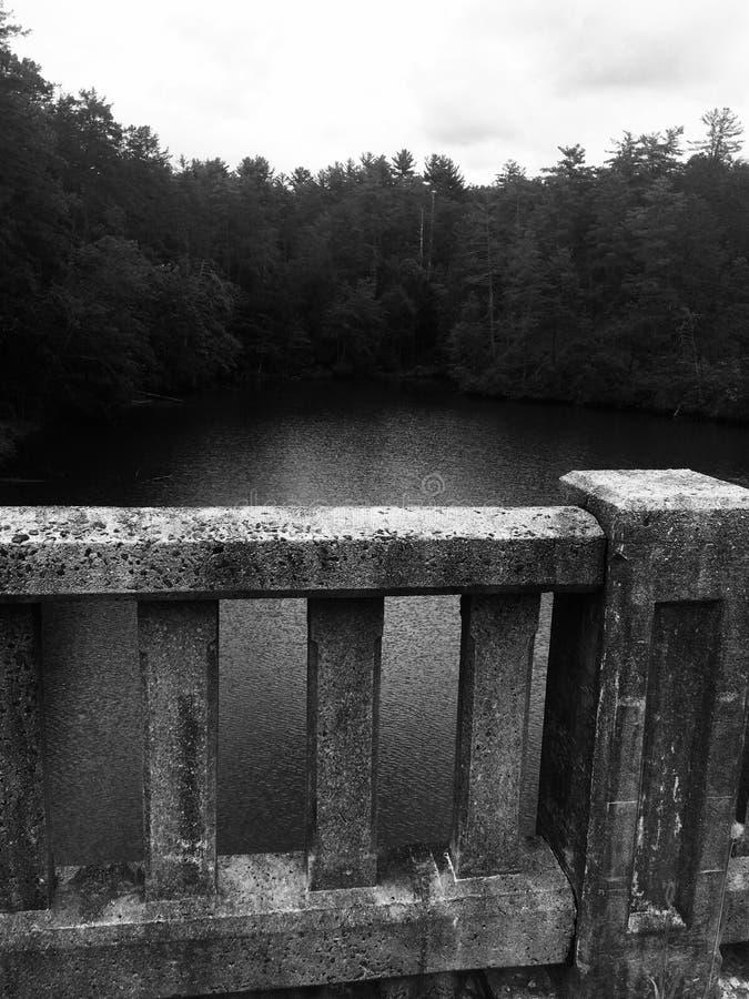 Ponte de pedra que enfrenta o lago fotografia de stock