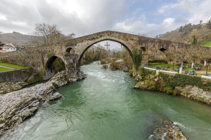 Ponte de pedra romana em Cangas de Onis fotos de stock