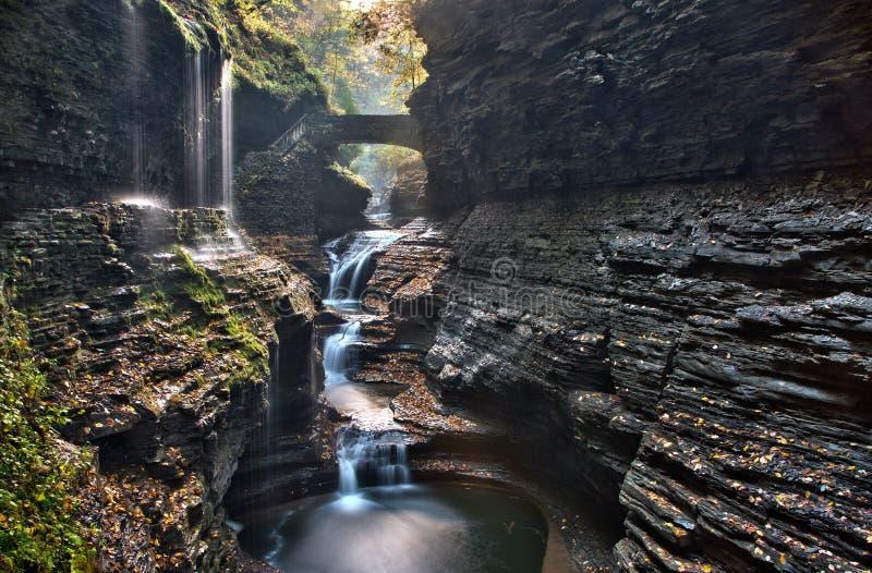 A ponte de pedra sobre o arco-íris cai em Watkins Glen State Park fotos de stock royalty free