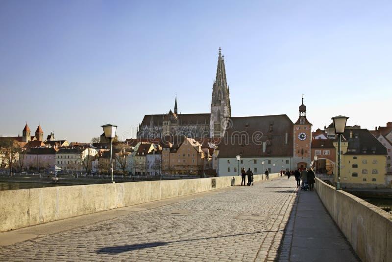 Ponte de pedra sobre o Danúbio em Regensburg bavaria germany imagens de stock royalty free