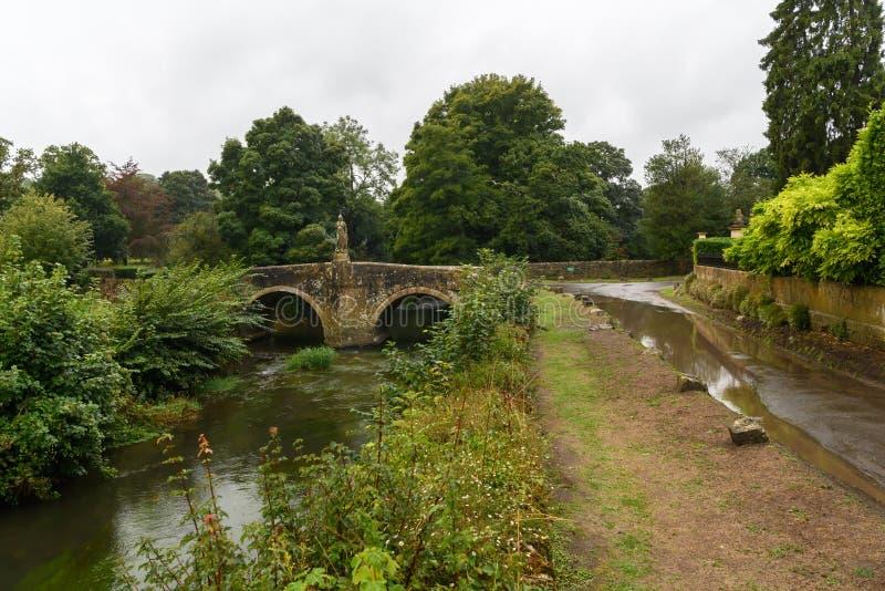Ponte de pedra sobre um rio em Wiltshire fotografia de stock