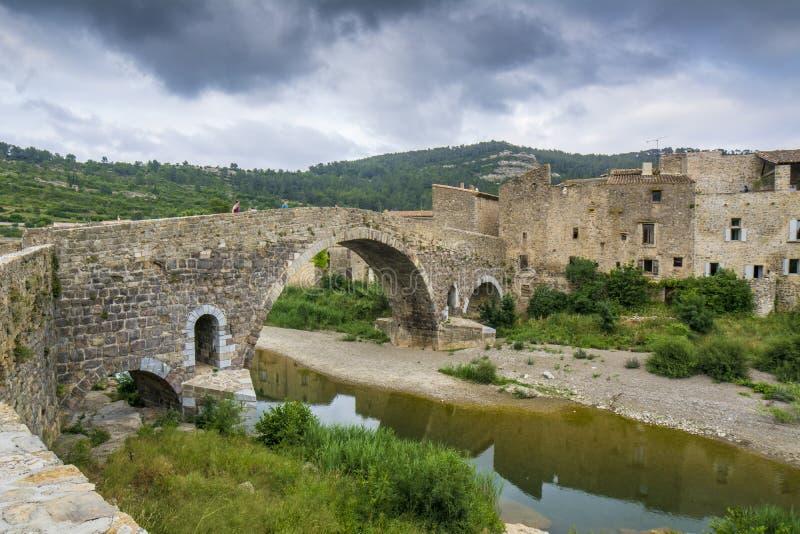 Ponte de pedra velha em Lagrasse em Languedoc, França imagem de stock