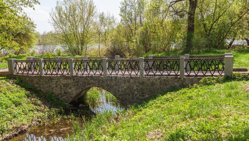 Ponte de pedra velha no arboreto Alexandria fotos de stock royalty free