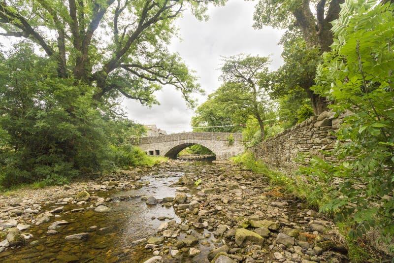 Ponte de pedra velha sobre a angra em Yorkshire imagem de stock