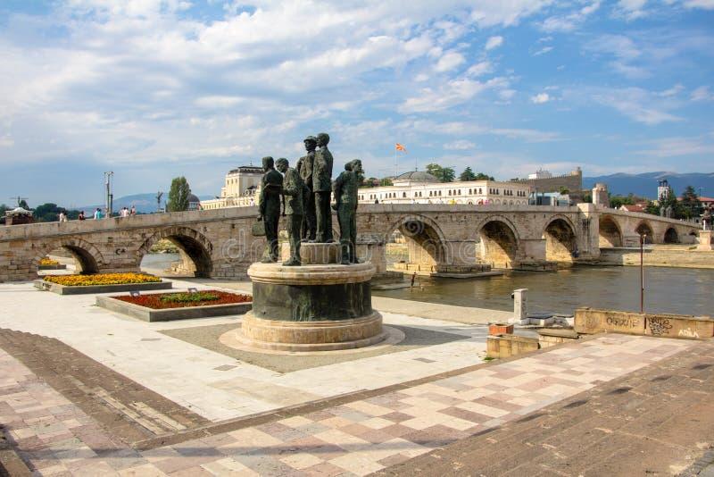 Ponte de pedra velha sobre o rio de Vardar fotos de stock