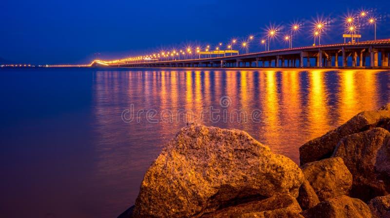 A ponte de Penang na hora azul foto de stock