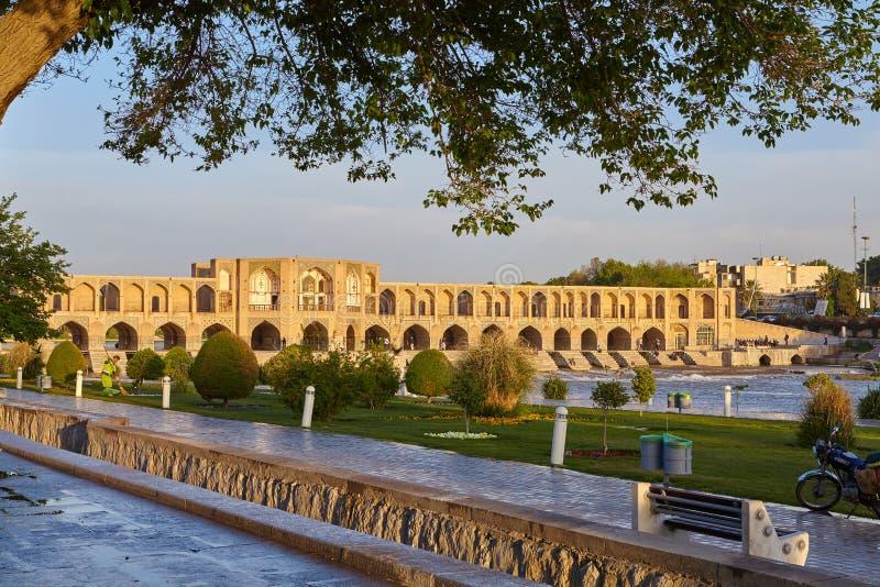 Ponte de Polo Khaju, através do rio de Zayandeh, em Isfahan, Irã fotos de stock