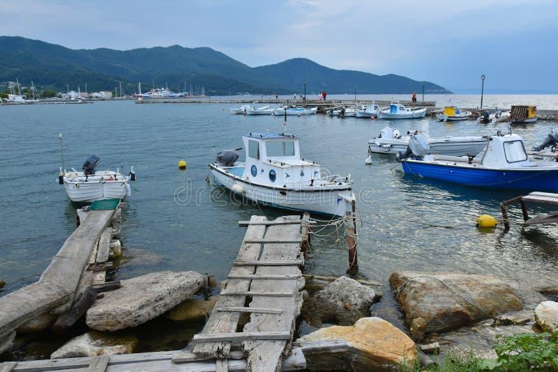 Ponte de pontão de madeira velha a um barco de pesca velho em um boatyard grego fotos de stock royalty free