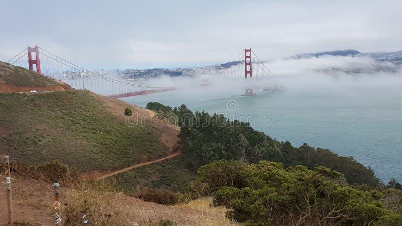 Ponte de porta dourada com névoa fotografia de stock