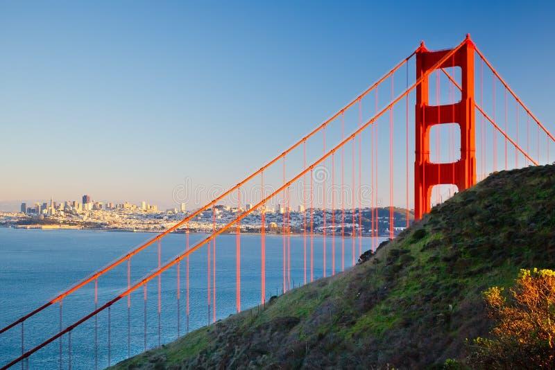 Ponte de porta dourada e cidade de Sun Francisco imagens de stock royalty free