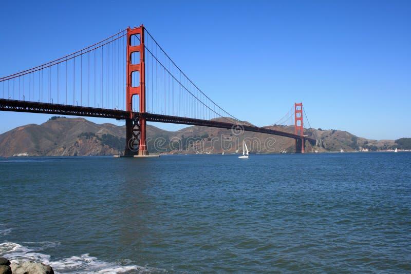 Ponte de porta dourada em um dia bonito imagens de stock