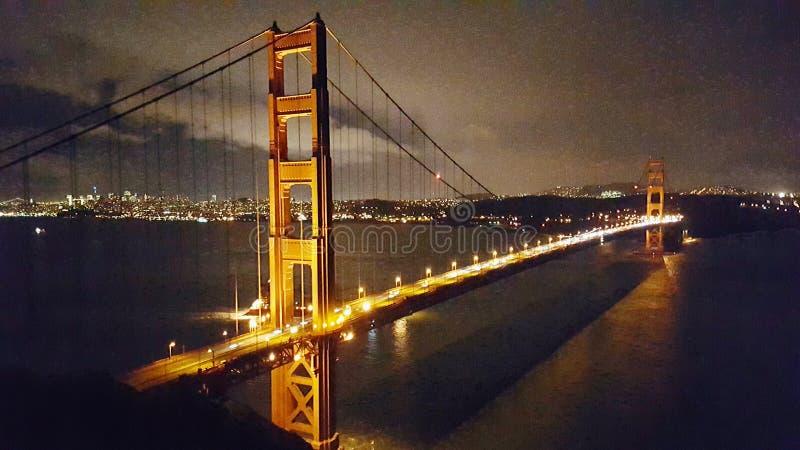 Ponte de porta dourada na noite fotografia de stock royalty free